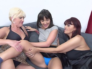 Lesbian grown up tyro threesome wide Evita S. and Petunia